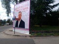 150609 Gustavo molina y la carteleria de campaña de Carlos paz unido