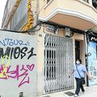 Ferida una dona en esfondrar-se un fals sostre al carrer Sant Félix