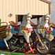 Viajo en Moto limpiando mierda de caballo