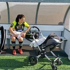 FEM Sport: Ruth Ruano futbolista del Sporting Son Ferrer protagonista en medios de todo el mundo con su hija Julia